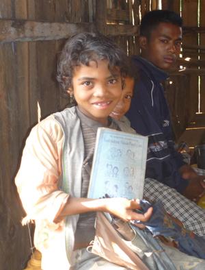 Fillette malgache avec un cahier offert par l'association