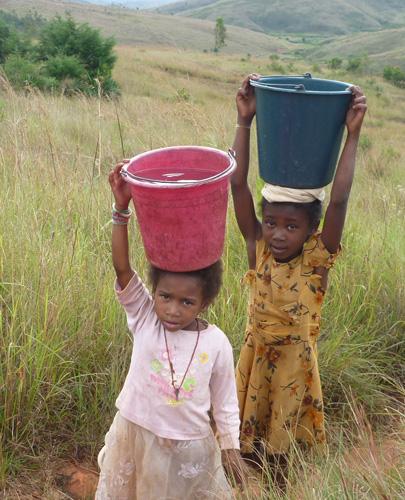enfants-porteurs-eau