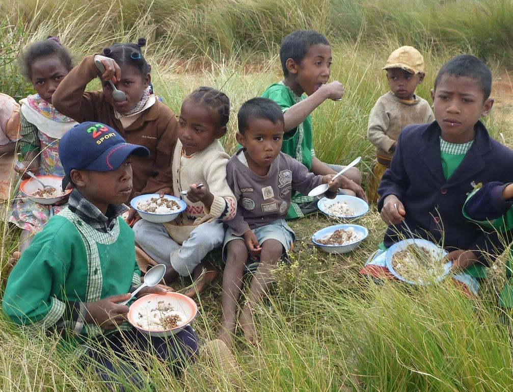 repas d'enfants malgaches dans l'herbe